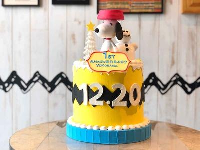 1周年を記念した、カラフルなスヌーピーのケーキ
