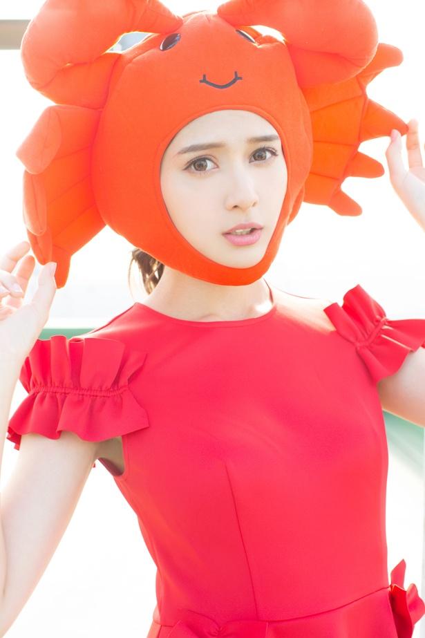 「富山おさかな応援girl」を務めるアンジェラ芽衣はカニの被り物姿に