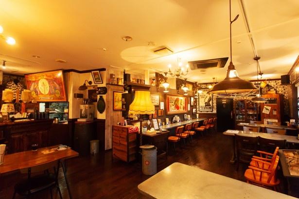レトロアメリカンなポスターやインテリアが並ぶ店内。ラーメンを食べる時間も空間も、楽しく過ごしてほしいという店主のこだわりを表現した