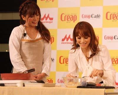 SHIORIさんの料理を味見するエビちゃん
