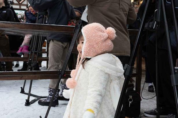 公認サンタを見て喜ぶ小さな女の子