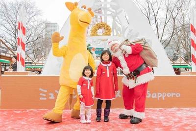 【写真を見る】サンタ衣装の姉妹と公認サンタクロース