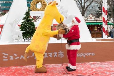 プレゼントが入った袋を忘れ、届けに来たジェフリーから受け取るサンタクロース