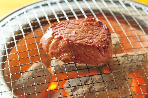 ランプ肉は、テーブルの七輪でスタッフが目の前で焼く/三代目 脇彦商店 本店