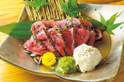 焼き上がりは、たたきのような状態で提供。タルタルとも好相性/三代目 脇彦商店 本店