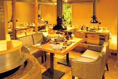 炊飯用のかまどもあり和テイスト。席が広くとられ、ゆったりとしている。奥に半個室もあり/三代目 脇彦商店 本店