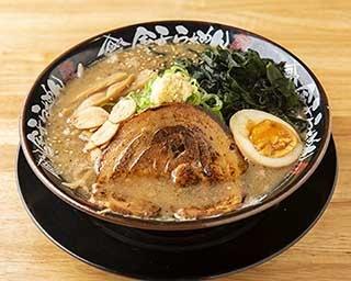 「ナルトもメンマもないけれど。」の「塩らーめん」(780円)。あっさりながら豊富な食材使いで、奥深いダシ感が味わえる