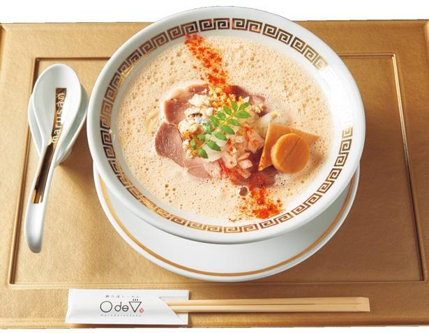 真鯛をメインに、貝の旨味を合わせた魚介尽くしの鯛白湯「とろり」(880円)/鯛白湯らーめん ○de▽