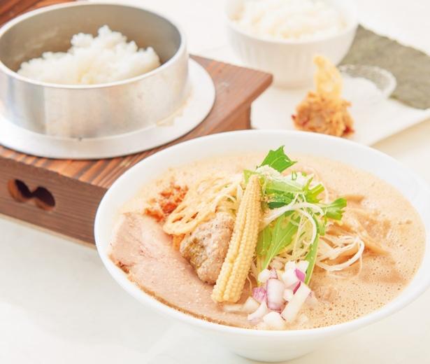 米の甘味と、鶏・豚・牛のトリプルスープが相性抜群の神様からのおくりもの(850円)/オコメノカミサマ