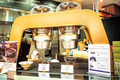 【写真を見る】最新機器「Broma」が店頭に設置され、カカオ豆がペースト状のチョコレートになる様子を間近に見られる/The Obroma 990 by Dari K