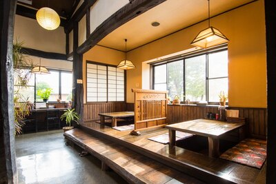 田舎造りの古民家風の店内は趣たっぷり。天井が高く、開放的な空間で個室タイプの座敷も完備