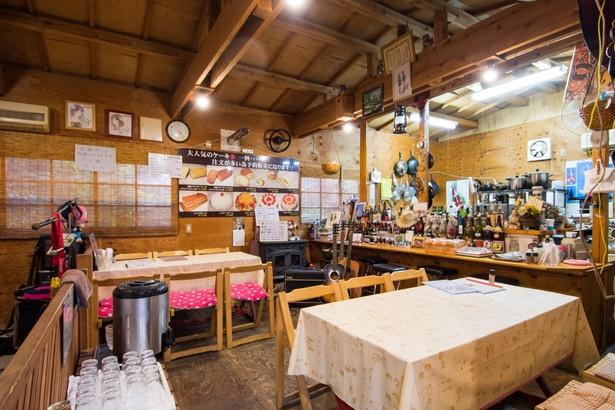 店内はまさに山小屋。醤油ラーメンや塩ラーメン各680円、鯛出汁塩ラーメン780円もおすすめ