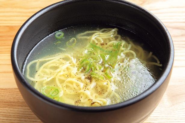羊のごった煮のダシに脂身を加え、コトコト煮込んだスープが絶品の名物ラムパイ(842円、ハーフは518円)/和羊・和牛 牛田羊