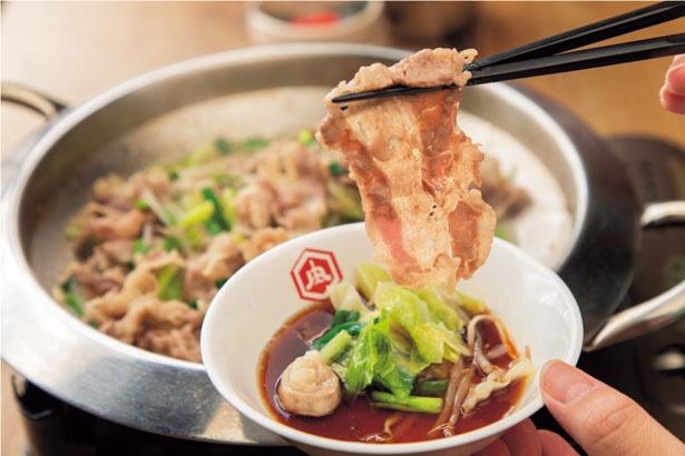 肉や野菜は、醤油ベースのつけダレにつけて食べる。肉は炊きすぎない方がおすすめ/肉炉端ロバート なんば店