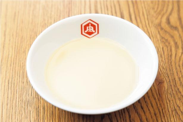 牛ベースの自家製スープに 牛肉や野菜の旨味が溶け出す/肉炉端ロバート なんば店