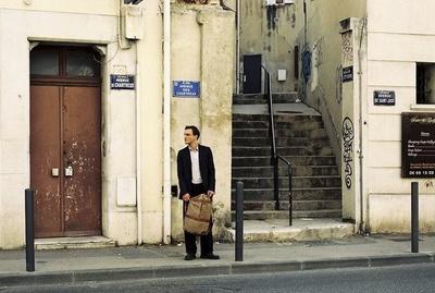 友人から、パリのホテルに潜伏中の亡命作家・ヴァイデルへの手紙を託されるも、作家はホテルで自殺…。ゲオルクは、作家の原稿や身分証明書を手にまだ安全なマルセイユへ!