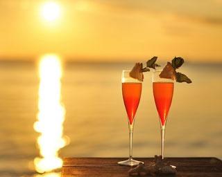 沖縄・竹富島沖に干潮時だけ現れる島で2人だけの夕日を楽しむ