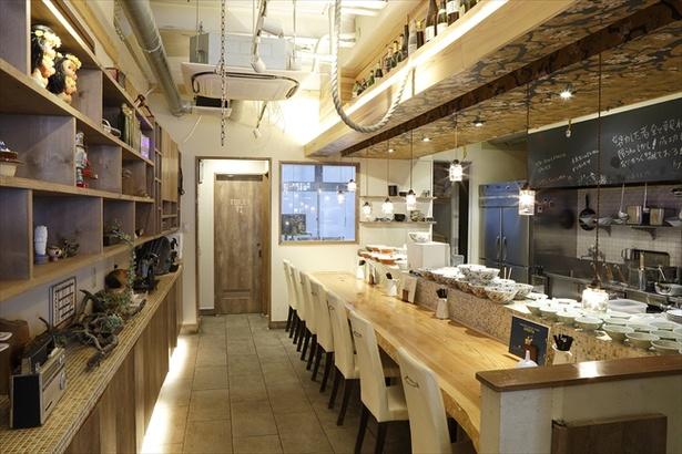 アメリカンな内装デザインにウッディな雰囲気が合わさり、居心地がいい店内