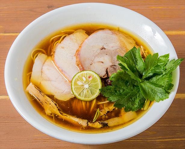 【画像を見る】鶏、水、醤油のみで驚きの旨味を実現した「醤油の純鶏ソバ」