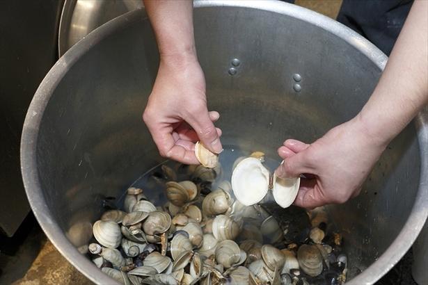 「5種の貝だしソバ」では、貝ダシはダシを3回も取り、濃い旨味を抽出する