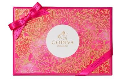 【写真を見る】華やかなパッケージにも注目!鮮やかなピンクに、ゴールドで描かれた草花のモチーフが映える「ゴディバフェアリーケークアソートメント」