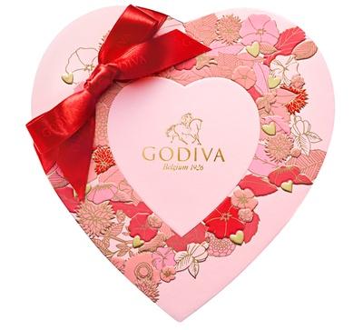 「ゴディバフェアリーケークセレクション」(12粒入5400円)のハート形パッケージは、フェミニンなピンク色