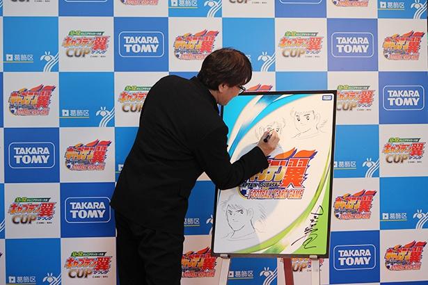 【写真を見る】ライブドローイングで『キャプテン翼』のキャラクターを描く高橋陽一氏