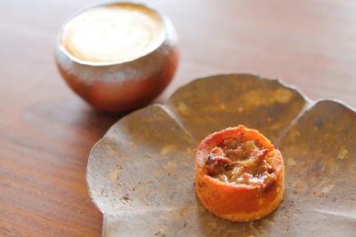 牛窓・石原牧場の牛乳を使った「Cafe latte」(600円)。「りんごとくるみのタルト」(430円)