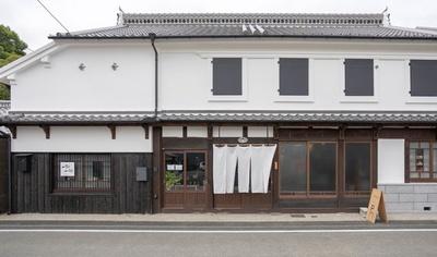 あだち珈琲 八女店 / 白壁の町屋にかかった暖簾が目印
