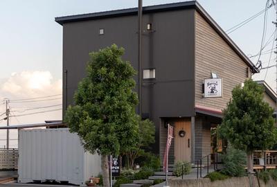 Morrow珈琲 / テラス席のほか、花立山などが望める2階席も設ける