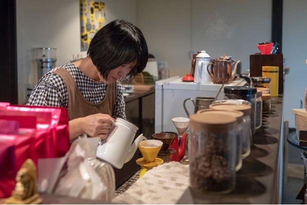 Tomomo Coffee / 抽出のブレが出ないように1杯の注文でも約2杯分の量を淹れ、味を安定させている