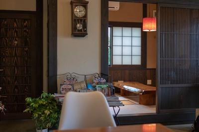 Tomomo Coffee / 店は天井が高く古民家風のたたずまい