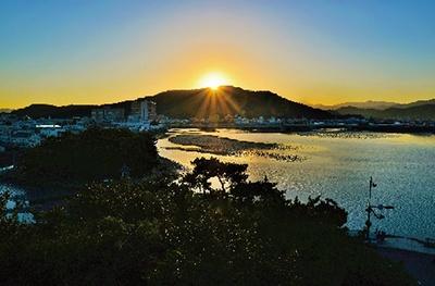 空を赤く染める和歌浦湾の夜明け