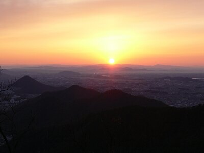 【写真を見る】岐阜県岐阜市の金華山。山頂から望む雄大な初日の出は感動的
