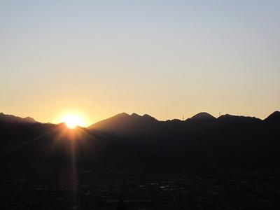 山影から昇る初日の出を拝む