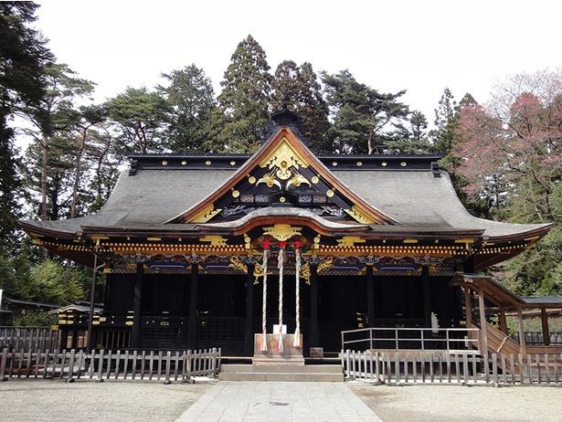 総黒漆塗に極彩色の彫刻や金彩文様が施された社殿