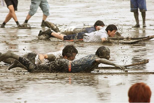 大人から子供まで泥まみれで楽しむ大運動会
