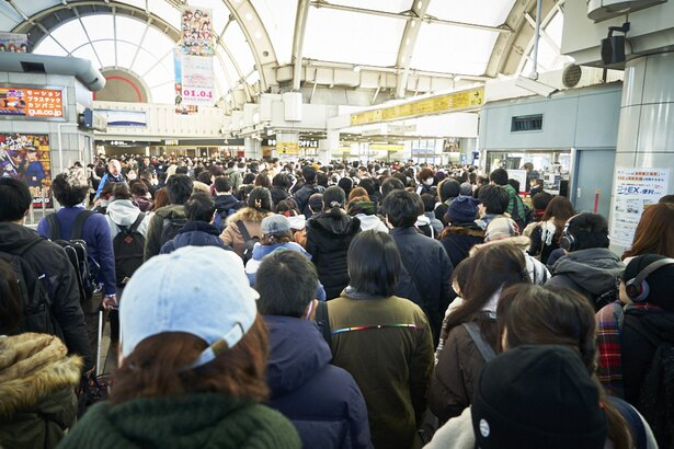 早朝の国際展示場正門駅は、歩けないほどの大混雑