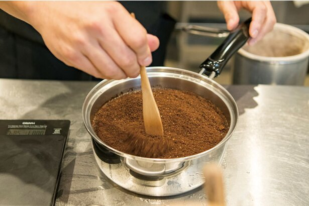 Brewer's Coffee ばんぢろ / 手鍋に張った湯に、挽いた豆を入れ約3分蒸らす