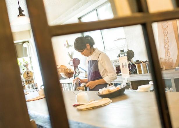 マスカル珈琲 / 注文ごとに木皿の上で再度豆を確認しミルで挽く