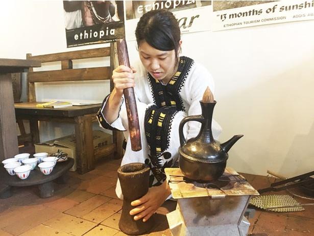 マスカル珈琲 / コーヒーセレモニー(1人400円)では宮崎さんが民族衣装を身にまといもてなす