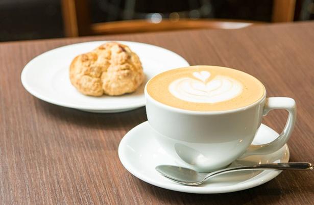 TOWNSQUARE COFFEE ROASTERS / カフェラテ(500円)と、個人で菓子を作っている「kiitos」のマフィン(350円~)
