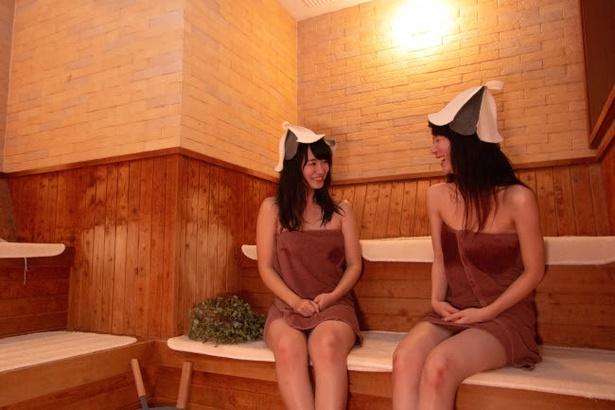 男女サウナとも毎時間「オートロウリュ」を実施。サウナストーンから発生する熱々の水蒸気で、潤いが広がり気持ち良く発汗できる 髪の潤いを守るサウナハットは売店で販売中