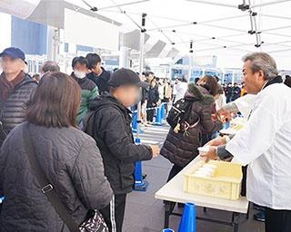 戸塚駅第一交通広場3Fデッキでは温かいスープなどを振る舞う