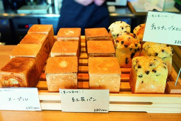 キューブ形の焼きたてパン、シブズキューブ。カレーパンなど約11種ある