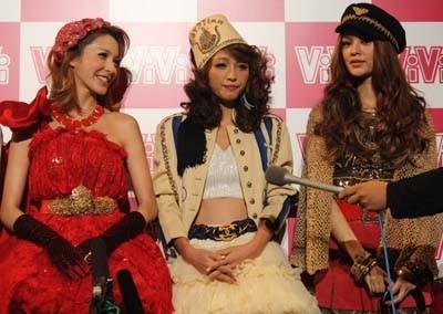 ユッキーナの話しを、藤井リナも隣で笑顔で聞いていた