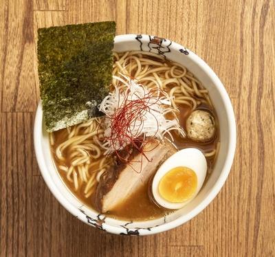 【写真を見る】弘前からのこだわりの鶏白湯。鶏白湯(並)800円