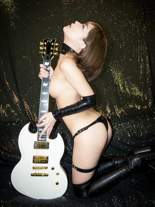 セカンドシングルでも見事な脱ぎっぷりを見せている藤田恵名