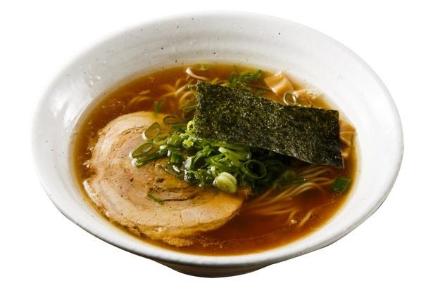 醤油には中細麺とメニューによって太さを使い分けている。醤油らぁめん750円