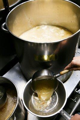 醤油らぁめんに使う豚スープは7時間半、丸鶏は3時間半炊く